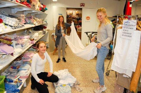 RYDDEGJENG: Mina Øyen Sørlie (fra venstre), Emma Bustnes Amundsen og Martine Ask-Nilsen fra Ås ungdomsskole jobber en gang i uka på NLM Gjenbruk i Ås.