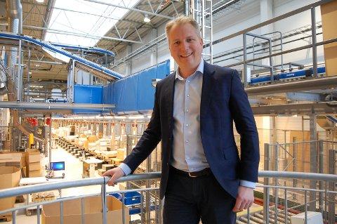 ANLEGG MED POTENSIALE: Hans Kristian Hallén-Hasaas er nyansatt direktør i Forlagssentralen på Langhus. Han vil jobbe for å utnytte plukk- og produksjonsanlegget på Regnbuen enda bedre, og også utvide med andre produkter i tillegg til bøker.