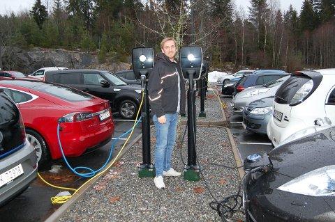 SKODD FOR FREMTIDEN: 32 ladepunkter på 90 parkeringsplasser. Det er det Morten Lauritzen, avdelingsleder for teknisk drift hos Forlagssentralen AS, kan tilby de ansatte drøye hundre ansatte.