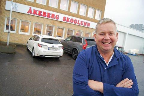PØLSEMAKER, PØLSEMAKER: For ett år siden tok Roger Lund fra Kolbotn over som daglig leder for familiebedriften Åkeberg Skoglunn pølsemakeri. Han har med seg søsteren Heidi og faren Tore i driften.