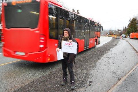 """UNDERSKRIFTSKAMPANJE: Tre uker etter at han satte i gang har Eirik Storjordet (71) samlet inn 746 underskrifter til """"Nei til fjerning av busslommer"""". Han gir seg ikke med det."""