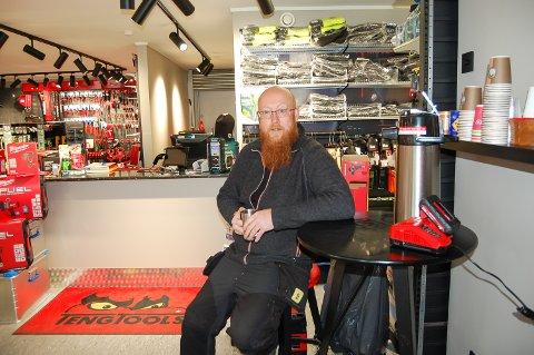 HVILER IKKE PÅ LAURBÆRENE: Kjell Magne Remmem har ikke hatt én fridag siden han åpnet verktøybutikken på Sneissletta langs E18. Det første kundene blir møtt med, er tilbud om en kopp kaffe.