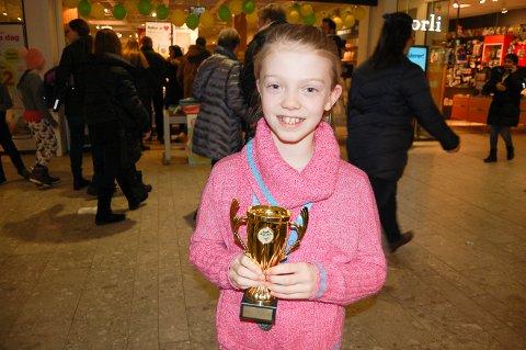 POKAL: Frida Eliassen Langnes (9) med pokalen klasse 4B ved Siggerud skole har vunnet til odel og eie i Norlijuniors lesekonkurranse.