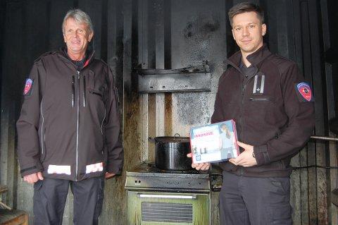 GLAD FOR HELOMVENDING: Branninspektørene Rune Eikaas (til venstre) og Daniel Solli er fornøyd med at Nav fortsatt vil gi støtte til komfyrvakt til de mest sårbare gruppene i samfunnet.