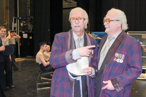 JEG ER HAM: Godlynt forvirring før teppet går opp for ny forestilling av Billy Budd. Bengt Røsth fra Kråkstad til venstre, den engelske tenoren Peter Hoare til høyre.