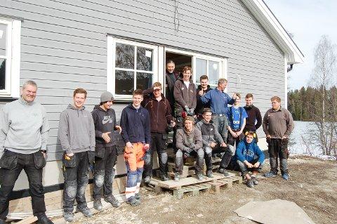 LÆRLINGER: Tømrerelever ved Vestby vgs trenger alle lærlingplass, noe som kan være vanskelig. Hos Lars Aas snekkerverksted i Siggerudveien har de fått praksis ved å bygge leiligheter.