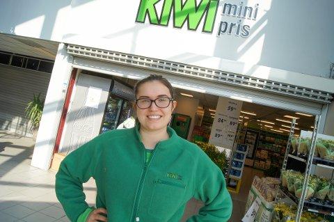 STRÅLER: Ingrid Haugnes er et eksempel på at ikke alle passer til å følge A4-løpet. Hun trivdes ikke på skolen, men har funnet rett hylle og gjør det sylskarpt som butikksjef for Kiwi på Tårnåsen senter.