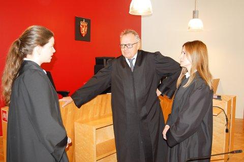 BARNERAN: Aktor, politiadvokat Ingrid Eknes, og forsvarerne Thomas Nortvedt og Irene Skinnemoen, er aktører i en rettssak der fornærmede var 14 år da han ble ranet, og de to tiltalte var 15 år på gjerningstidspunktet.