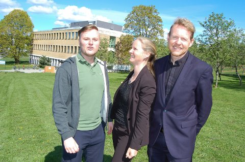 Studentleder Tord Hauge, rektor Mari Sundli Tveit og administrerende direktør Lars Atle Holm gleder seg over at KA-bygget i bakgrunnen skal settes i stand slik at det blir et funksjonelt og effektivt bygg for studenter og ansatte.