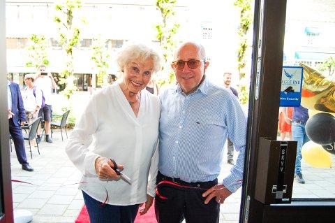 SNORKLIPPER: Tove Fossen fyller 82 år mandag. Hun drev Ski gullsmedforretning frem til desember 2007, og fikk æren av å klippe snora da gullsmed Morten Støen åpnet Diáno i de samme lokalene i gågata i Ski.
