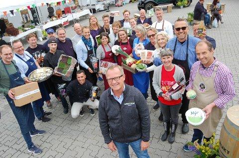 GROR GODT: Jarle Olsen i Eugen AS omgitt av leverandører som viste seg frem på den første Horeca-dagen som er arrangert på Langhus. Frukt- og grøntgrossisten har økt omsetningen fra 113 til 245 millioner siden virksomheten flyttet til Langhus for fem år siden.