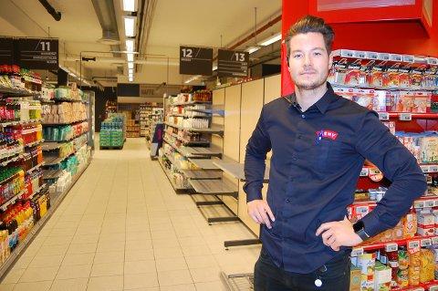 LYSERE OG LUFTIGERE: Flere av seksjonene skal blir lavere enn det dagens hyller er. Dermed blir lokalene lysere og luftigere, med større oversikt, forteller butikksjef Jørgen Bjoner i Meny i Nordbyveien.