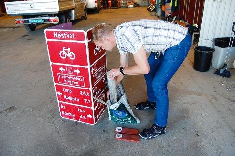 TAR VARE PÅ SKILTENE: Inntil videre er turskiltene som grunneieren i Nøstvedtmarka har levert, tatt vare på av kommunalteknikk i Ås kommune, her ved avdelingsleder Geir Ellingsen.