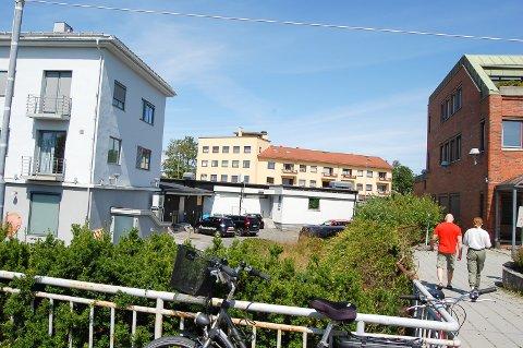 FYLLER HULLET: Mellom Rutheimgården (til venstre) og Kirkeveien 1 (til høyre) skal far og sønn Bjertnæs bygge et kontorbygg i fem etasjer, inkludert en tilbaketrukket toppetasje der det kan bli takbar. Næss-bygget/Torvanggården ligger tvers over gata.