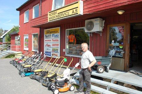 Ikke en snøfreser å se: Foreløpig har ikke Gunnar Hvamstad noen snøfresere å posere med. De kommer i september.