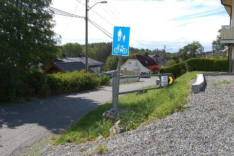 STÅR ÅPEN: Bommen i Fossveien på Langhus ble åpnet i forbindelse med gravearbeidet i Parkveien som startet i fjor.