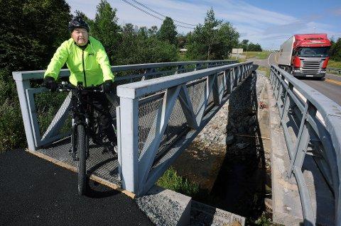 IKKE TRYGT: Arne Vigen (88) er ikke fornøyd med slik den nye gang- og sykkelbroen fremstår i dag.