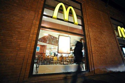 SULTEN OG RØYKSUGEN: Med 1,8 i promille kjørte 31-åringen i drøye to mil for å komme fra Ås til Ski og hjem igjen for å få seg hamburger og røyk.