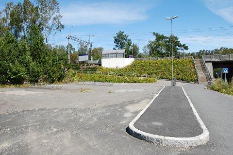 TRYGG PARKERING: På denne plassen skal  Bane Nor bygge et sykkelhotell med plass til 70 sykler. Dermed blir det tryggere å sette fra seg sykkelen ved Vevelstad stasjon.