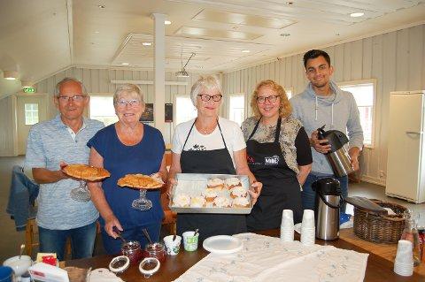 VERTSKAP: Denne søndagen er det Tore Paulsen (fra venstre), Wenche Jahrmann, Wivi Paulsen, Tone Johansen og Shridar Patel som sørger forat gjestene får mat og drikke på Breivoll gårdskafé.