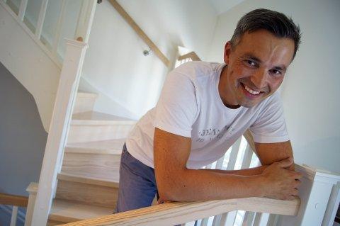 MOT TRAPPEHIMMELEN: Så langt i 2019 har Ronny Klo doblet salget sammenlignet med hele fjoråret. – Vi har rett og slett trappet opp virksomheten, sier en strålende fornøyd Klo, i trappa der eventyret startet.