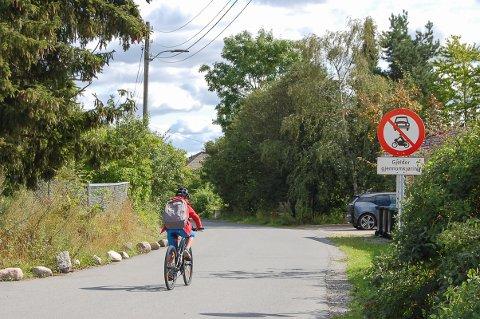 STENGT FOR GJENNOMKJØRING: Syklistene kan med god samvittighet sykle gjennom Haglundveien - men ikke bilistene.