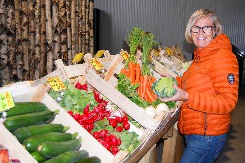 BUGNER AV FRUKT OG GRØNT: Det meste av varene i Gårdsbutikken Oppsand kommer fra egen produksjon i Kråkstad og Ski og fra en gård i Råde, forteller Lill-Ann Jordfald Østby.