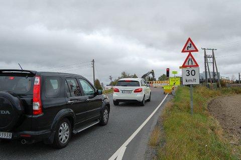VENT PÅ GRØNT: Trafikken som kommer fra Kjeppestadveien og Løkenveien må være oppmerksom på lysreguleringen ved Ustvedt bru.