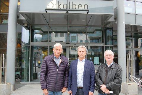 NÅR FÅR VI PARKERINGSPLASSENE: Finn Edvardsen (fra venstre), Gunnar Bjørland og Torgrim Bilstad satt i tur og orden som styreleder i AL Samfunnshuset, nå Samfunnshuset Kolbotn SA, fra 2005 til 2017. Tålmodigheten med Oppegård kommune er for lengst slutt.