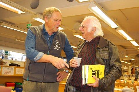 FRIVILLIG INNSATS: Butikksjef Svein Christoffersen (til venstre) og boksjef David Smith er to av de rundt 40 frivillige som jobber i NLM Gjenbruk i Ås.