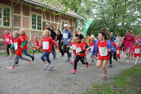 Her starter 500 meter løpet for barnekreft foreningen.