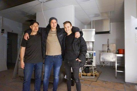 HEKTISK: Fv. Owe Holtebu, Robin Holtebu og Martin Dupont rett før åpningen av Peppes Pizza på Vestby Storsenter.