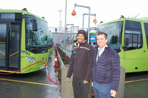 FULL RULLE: Bussjåfør Abdirahman Sahardid Ismail og driftsleder Fredrik Lindegaard i Nobina i Ski har mer enn nok å gjøre. I oktober ble antall avganger gjennom Ski økt med 15 prosent.