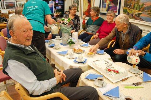 STILL GOING STRONG: Sverre Øvstedal fylte 95 år mandag 20. januar. Fredag ble han feiret på NLM Gjenbruk i Ås, der han koker kaffe, steker vafler og vasker gulvet hver fredag.