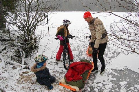 FAMILIETUR PÅ ISEN: Datteren Aurora tester sykkelen på isen før hun skifter til skøyter, mens yngstemann Ask Johannes gleder seg til å kjøre tog med flere vogner når pappa Anders Baumberger tar dem med på tur på Langen.