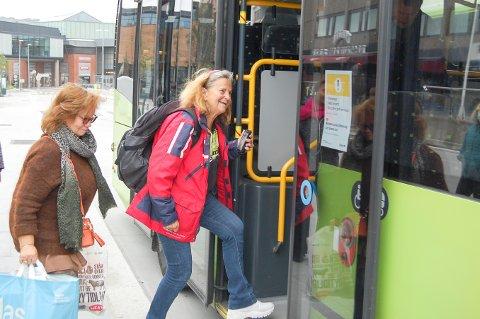 GODT Å KOMME SEG UT: Miriam Ingvorsen (69) (i rødt) fra Vinterbro synes det var godt endelig å få tatt seg en tur til Ski nå som bussene går igjen. Bak henne kommer Berit Larsen Degermann (59), som ikke har kommet seg til korøvelsene på Kjelsås i Oslo under busstreiken.