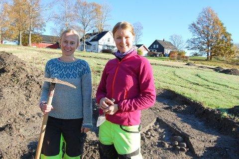 FANTASTISK FUNN: Verken arkeolog Anne Herstad (til venstre) eller Linn Solli har vært med på å registrerer et så stort gravfelt som det som nå er avdekket på Vang gård i Kråkstad.