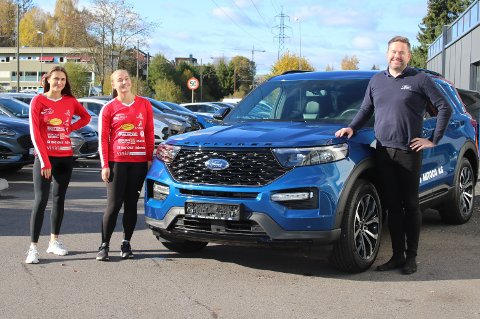 STOR AVTALE: Follo Autoco har inngått en avtale med Follo HK Damer som er den største i klubbens historie. På bildet ser vi fra venstre: Mina Hesselberg, Julie Hattestad og salgskonsulent Morten Gåseide. I midten: En ny Ford Explorer.
