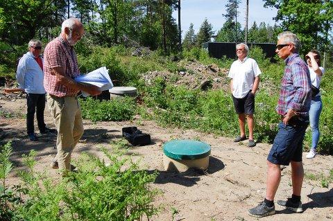 OMSTRIDT TOMT: Framveien 10 på Svartskog har en lang vei å gå før det kan bygges boliger her. Fra venstre Knut M. Arnesen (med papirer) og Sigurd Brynildsen( i hvit t-skjorte) fra Bålerud drift og utvikling AS