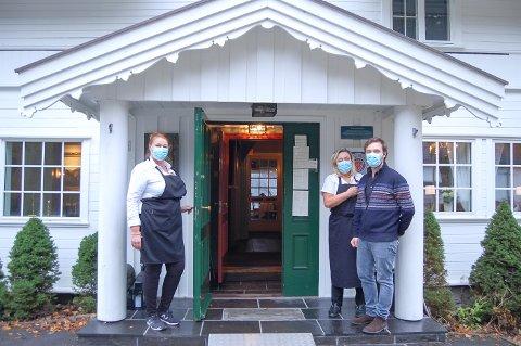 SISTE MÅLTID: Servitør Siri Nilsen (fra venstre) og driverne Sissel Heimly og Henrich Heimly Cilla venter på gjestene til et minnesamvær etter en begravelse. Deretter stenger Villa Sandvigen dørene så lenge det er skjenkestopp i Nordre Follo kommune.