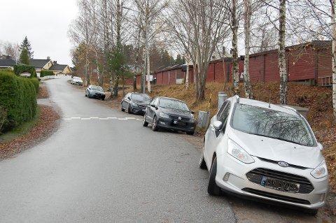 HAR BLITT ENDA VERRE: I høst rensket kommunens folk opp grøftekanten langs Stenfeltbakken. Etter det er det blitt enda flere som parkerer langs veien.