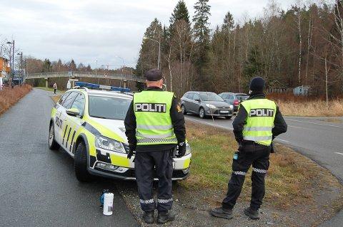 SENK FARTEN: UP målte farten på dem som kom på Vevelstadveien fra nord og mot Langhus stasjon. På noen formiddagstimer tirsdag ble tre bilister tatt for å kjøre for fort.