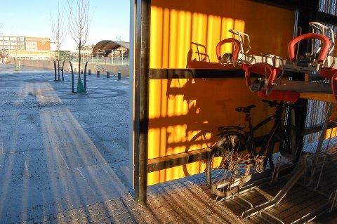 GOD PLASS: En enslig sykkel sto helt alene i sykkelhotellet på Ski stasjon tirsdag morgen. Når den første snøen kommer, kan det nok bli kamp om de 248 plassene.