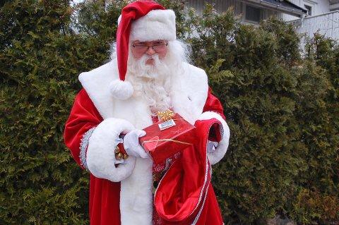 JULENISSEN KOMMER: Julaften har Morten Ur (48) har ti oppdrag i løpet av åtte timer. Etterpå kan han nyte julemiddagen sammen med kjæresten sin.