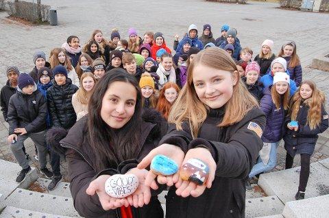 STEIN SOM VARMER: Safinur Kabakcan (til venstre) og Victoria Bævre er to av de 66 elevene fra 7. klassetrinn på Finstad skole som har fylt sentrum med steiner med muntre farger og gode ord.