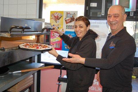 UNIKT I NORGE: Rola Kais og Khaled El-Zibawi mener de er de eneste i landet som fyller skorpen på pizzaen med ost.