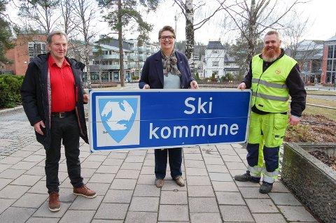 BEVART FOR FREMTIDEN: Pål Bergan (til venstre) fra Langhus sendte mail til ordfører Hanne Opdan i Nordre Follo kommune med bilde og beskrivelse av hvor det siste Ski-skiltet sto. Mandag fikk hun skiltet overlevert av Raymond Johannessen fra Vaktermesterkompaniet med base i Ski.