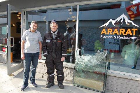 INNBRUDD: Sevket Incedursun (til venstre) har drevet Ararat på Langhus senter i 13 år. Torsdag opplevde han for første gang innbrudd. Det var vaktmester Dan Knudsen som oppdagen den knuste glassruta i døra.