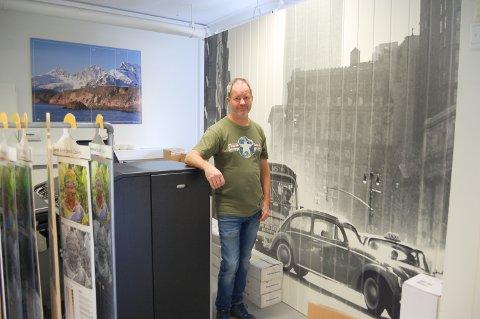 BILDEPANEL: Copycat i Ski trykker ikke bare foto på tapet. Her er det et trepanel som har fått en særegen look. Per Erik Ødegård (bildet) og Kalle Solvang startet opp virksomheten i Ski for 12 år siden.