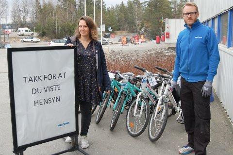 TRENINGSUTSTYR OG SYKLER: Biltema på Sofiemyr tiltrekker seg mange kunder i disse koronatider, konstaterer Monica Videm, markedsansvarlig i Biltema Norge, og Kjetil Furuseth, varehussjef på Biltema på Sofiemyr.